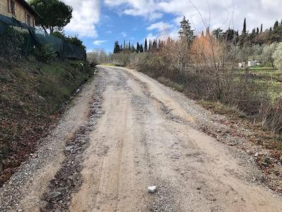 Strada sterrata con manutenzione costosa